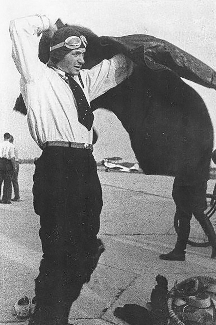 Pilot uji coba Vladimir Kokkinaki tengah bersiap sebelum terbang, 1930-an.