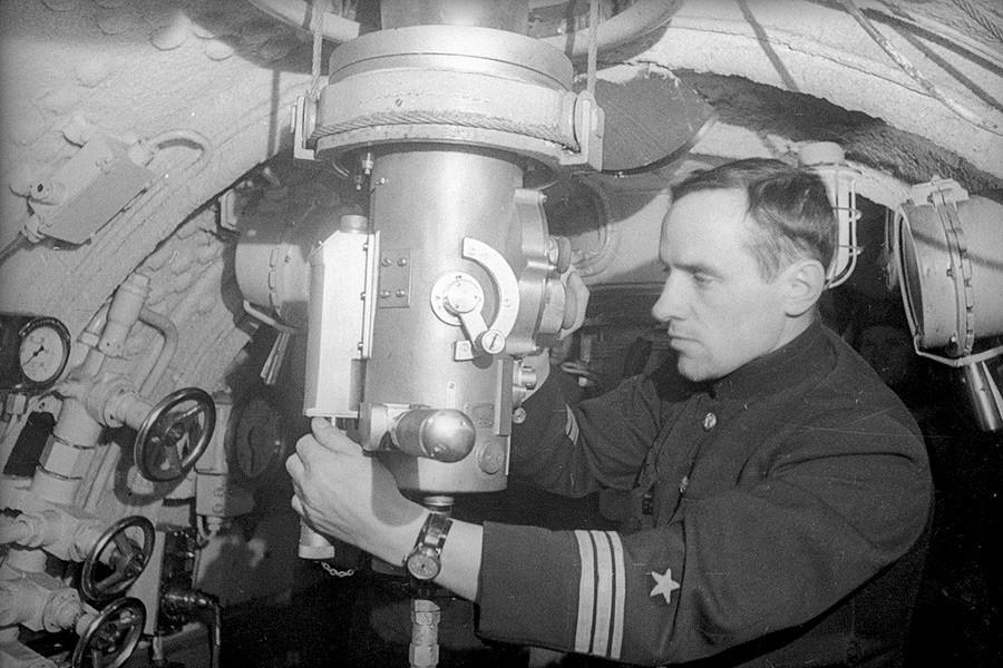 Komandan kapal selam dan Pahlawan Uni Soviet Valentin Starikov di menara komando, 1942.