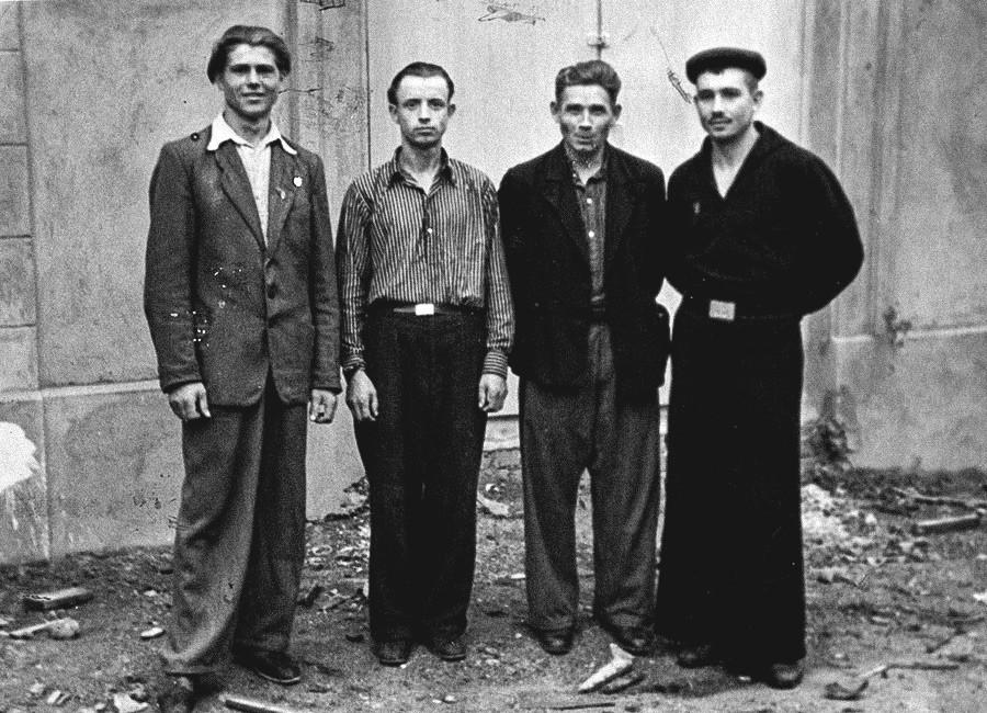 Para lelaki berpose, 1950-an.