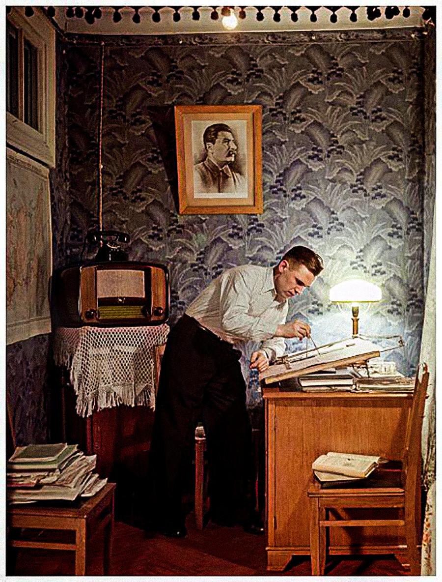 Pekerja logam di pabrik Economizer dan pemenang Hadiah Stalin Ivan Kartashev, 1953.
