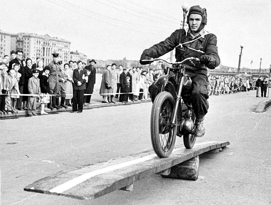 Kompetisi sepeda motor seluruh Soviet, 1951.