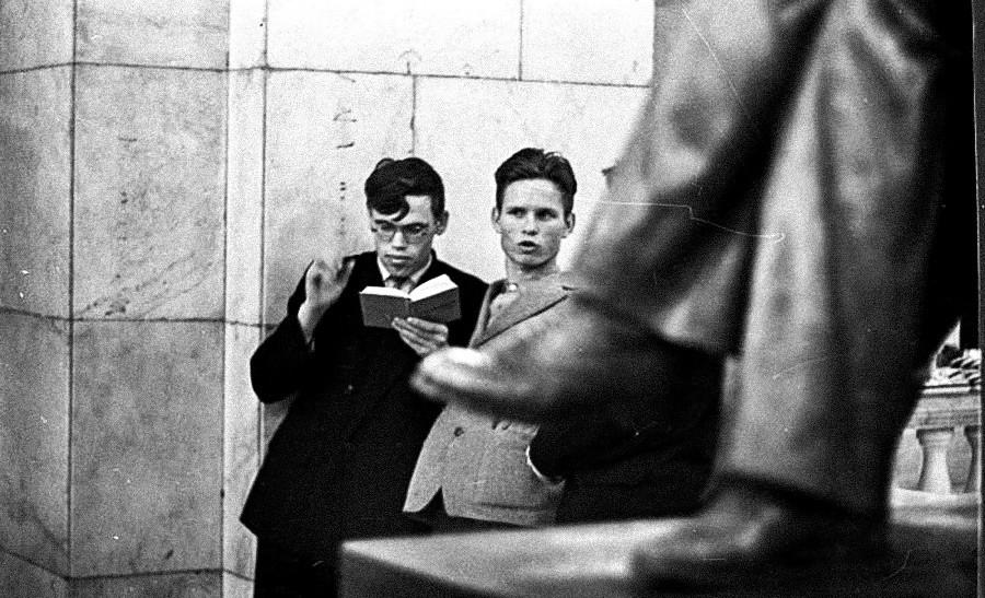 Dua siswa membacakan puisi, 1960-an.