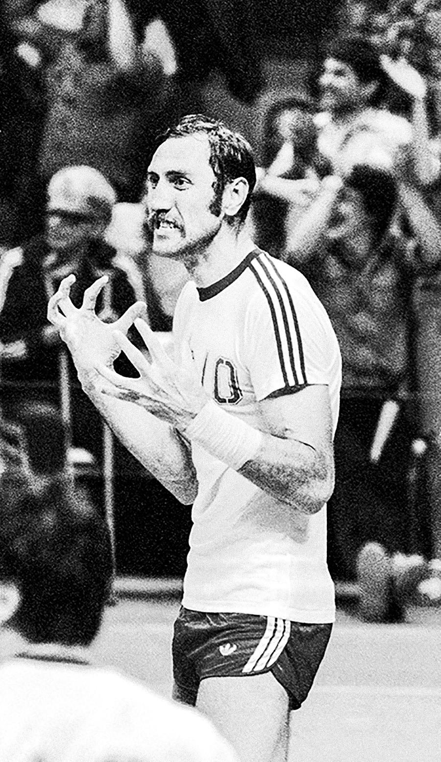"""""""Dikeluarkan di menit terakhir. Handball """", 1980."""