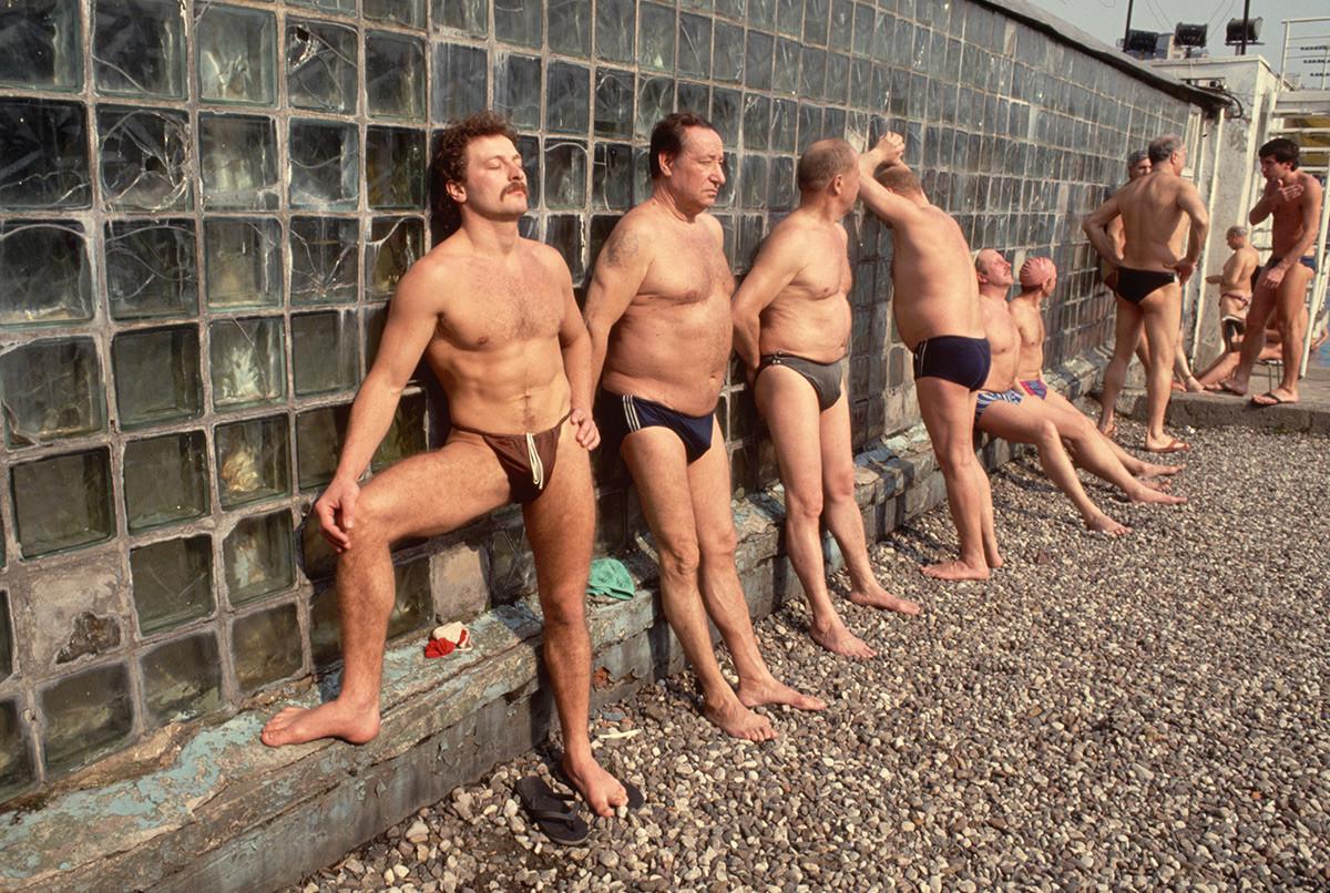 Para lelaki di kolam renang Moskow, 1990-an.