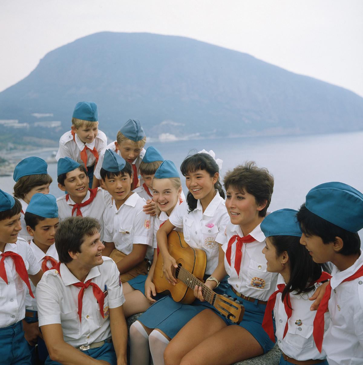 キャンプ「アルテク」を訪れている子供たち