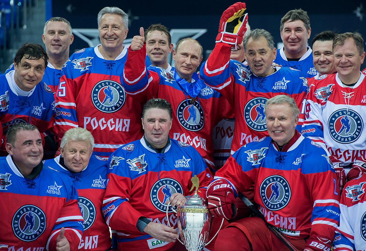 7 октября 2015. Президент РФ Владимир Путин (в центре на втором плане) после матча между сборной командой чемпионов Ночной хоккейной лиги (НХЛ) и сборной Правления и почетных гостей Ночной хоккейной лиги (НХЛ)