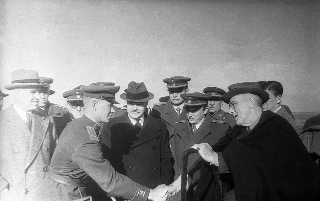 Oficial soviético acompanhado do presidente dos EUA Franklin Delano Roosevelt, 3 de fevereiro de 1945