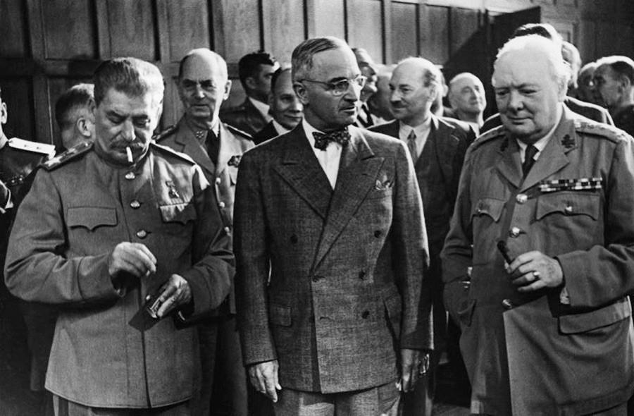 Conferência de Potsdam, da esquerda para a direita: Winston Churchill, Harry S. Truman e Ióssif Stálin, 17 de julho de 1945