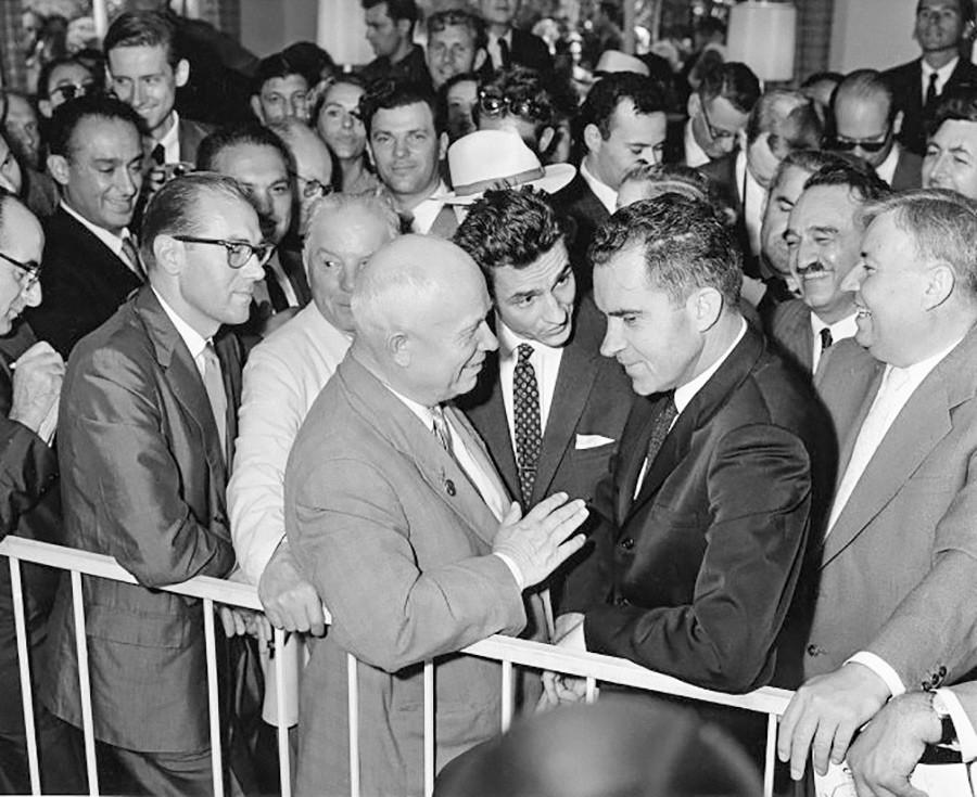 Primeiro-secretário do Comitê Central do PCUS [Partido Comunista da União Soviética] Nikita Khruschov e vice-presidente dos Estados Unidos, Richard Nixon, na Exposição Nacional Norte-Americana em Moscou, 24 de julho de 1959