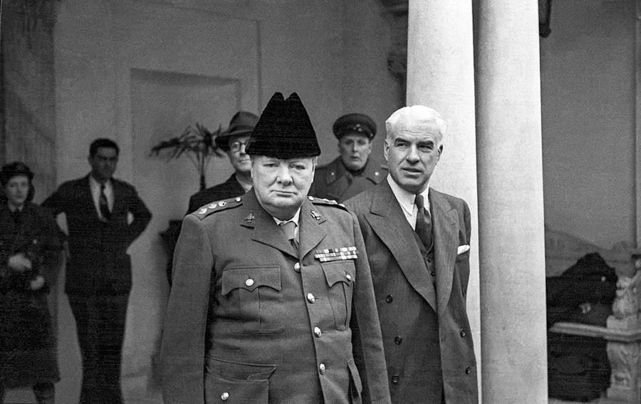Primeiro-ministro britânico Winston Churchill e o secretário de Estado dos EUA Edward Stettinius, na Conferência de Ialta, fevereiro de 1945