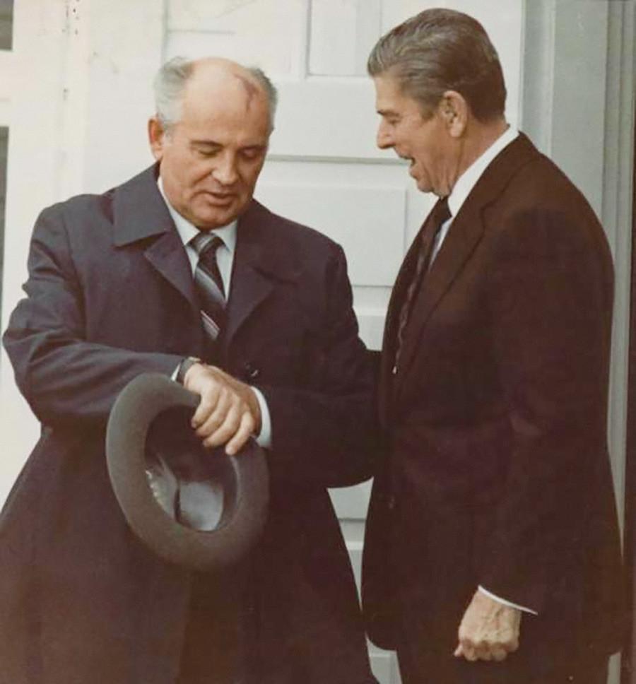 Sem tempo a perder. Presidente dos Estados Unidos, Ronald Reagan, e secretário-geral do Comitê Central do PCUS, Mikhail Gorbatchov, na Cúpula de Reykjavík, outubro de 1986