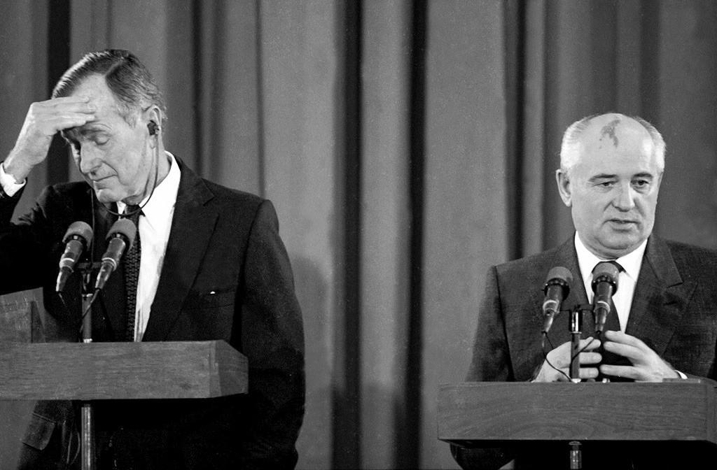 Presidente dos EUA George H.W. Bush e seu homólogo soviético, Mikhail Gorbatchov, na Conferência de Paz de Madri, 1991
