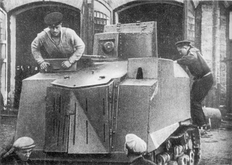 """Рана модификација на оклопниот трактор СТЗ, тенк """"НИ-1"""", Одеса, Украина, 20 август 1941 година."""