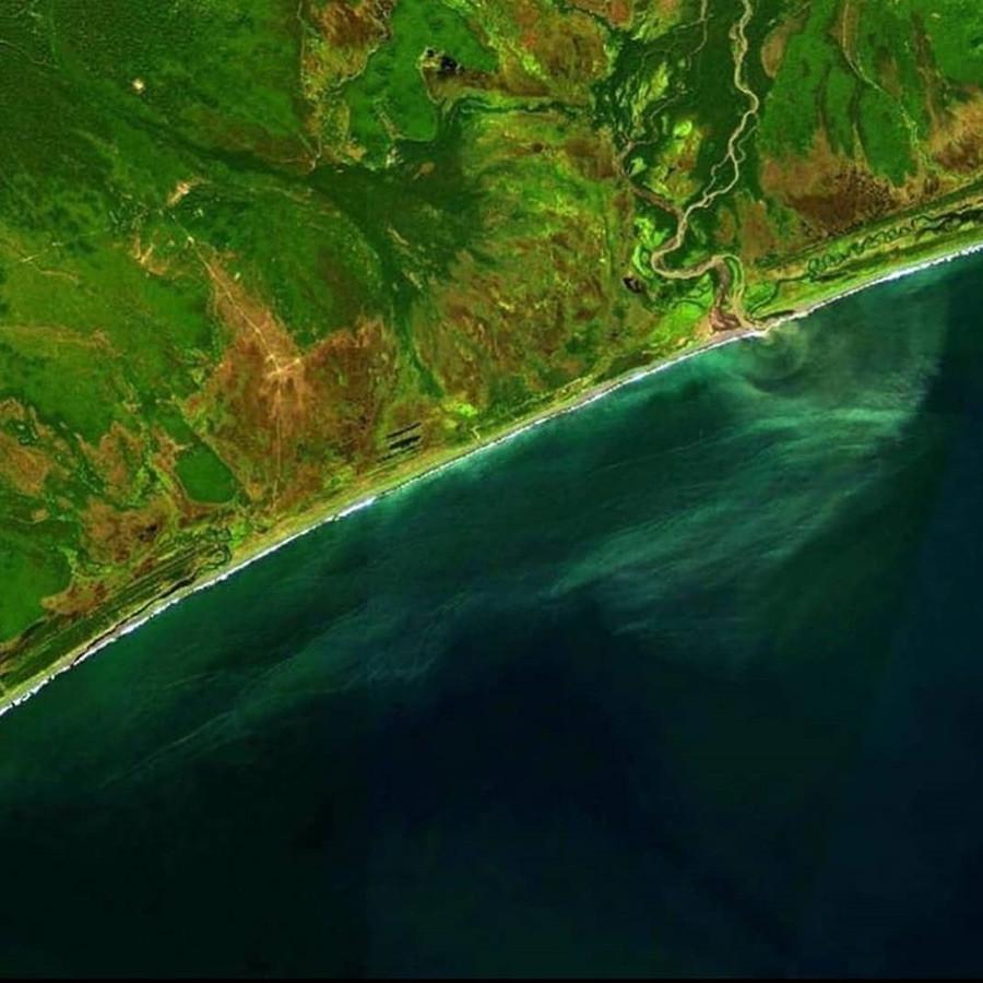 Greenpeace memposting gambar satelit dari Sungai Khalaktyrka yang mengalir ke laut.