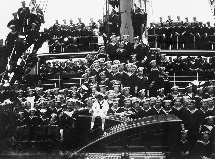 Снимка на Царевич Алексей Николаевич с моряци на императорската яхта