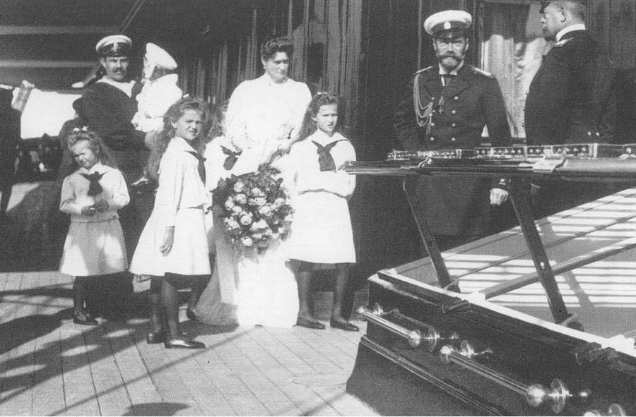 Императорското семейство на палубата на яхта