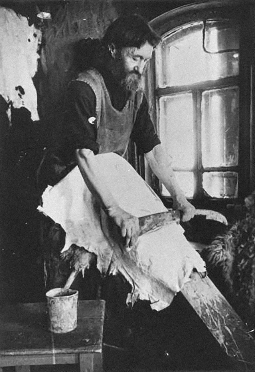 En URSS, de nombreux artisanats ont progressivement adopté un caractère industriel, et pourtant les artisans de certains villages ont subsisté encore longtemps. La photo montre un paysan qui fabrique des manteaux en peau de mouton pour l'armée soviétique, en 1941.