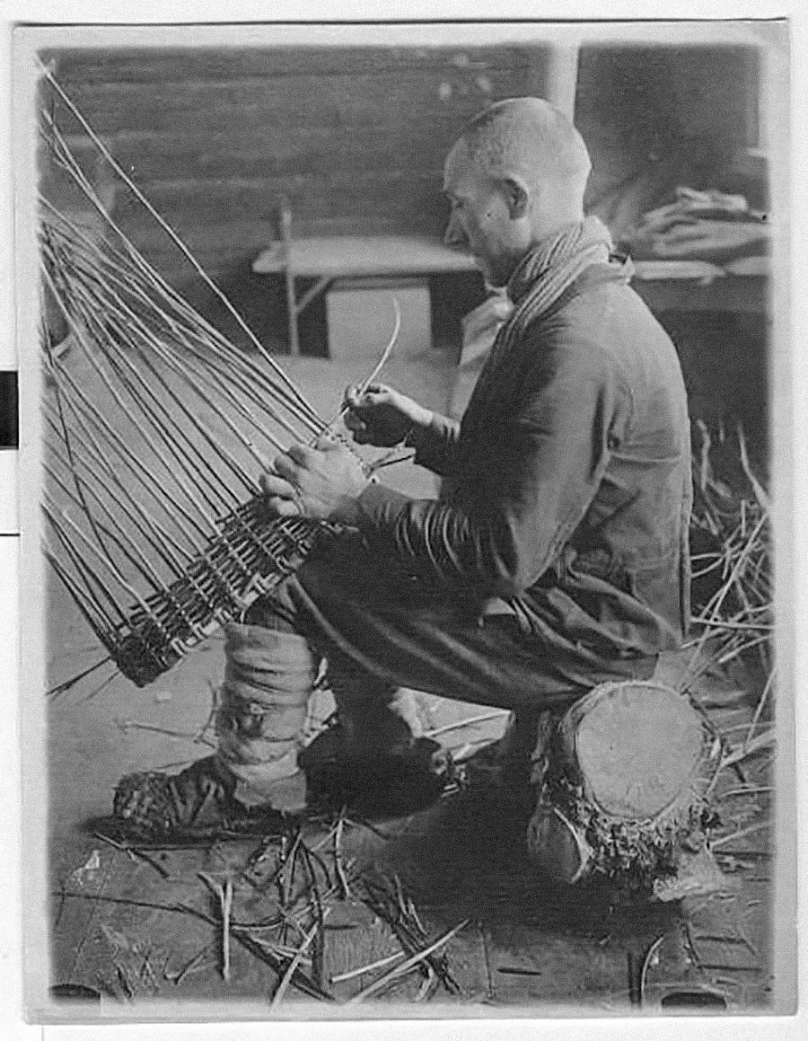 Aucun bazar russe ne pourrait se passer de produits à abse d'écorce de bouleau ou de saule. Les plus célèbres de ces objets sont certainement les lapti, souliers d'écorce tressée, mais ils sont aujourd'hui peu utilisés, tandis que les paniers sont toujours très populaires. Années 30.