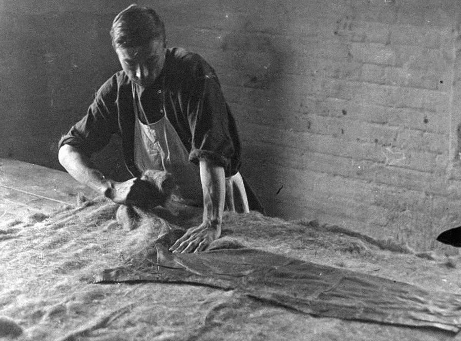 Un autre artisanat populaire était la fabrication de valenki, des bottes en feutre qui étaient des plus prisées lors des gelées russes. Sur la photo – la première étape, la préparation du feutre. 1930.