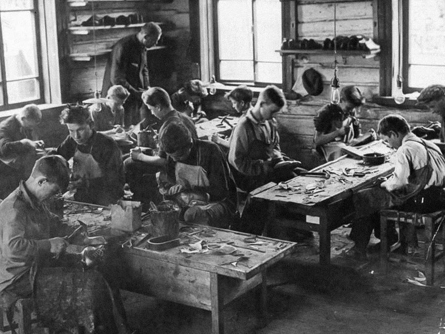 Les plus privilégiés disposaient d'assistants. Trouver un emploi chez un artisan était une chance pour les enfants de familles pauvres, qui s'accrochaient alors du mieux qu'ils pouvaient à ce travail. 1930.