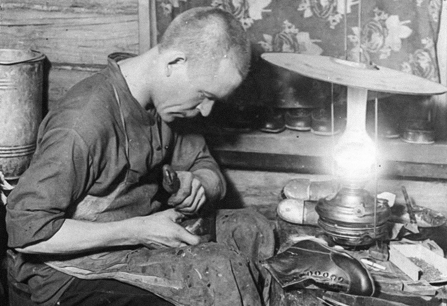 Un cordonnier sérieux avec un atelier personnel ressemblait à cela (photo des années 1930).