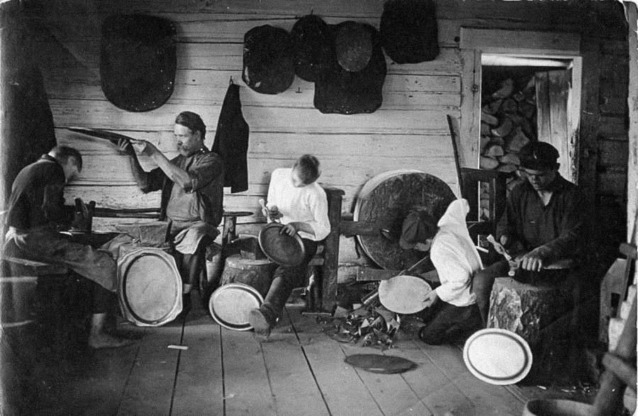 La ville de Pavlovo, dans la région de Nijni Novgorod, était célèbre pour ses maîtres du métal. Ils fabriquaient des serrures, des couteaux et des plateaux, comme sur cette photo des années 1900.