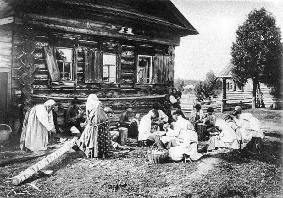L'un des artisanats les plus populaires était la fabrication de cuillères en bois. D'ailleurs, elles ne servaient pas seulement de couverts, mais aussi d'instruments de musique. Sur la photo – des artisans de Nijni Novgorod, en 1897.