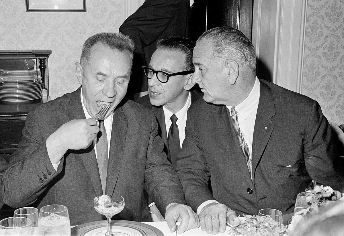 Da sinistra: il premier sovietico Aleksej Kosygin, l'interprete del Dipartimento di Stato Bill Kramer e il presidente USA Lyndon Johnson durante una riunione a pranzo nel campus del College statale di Glassboro