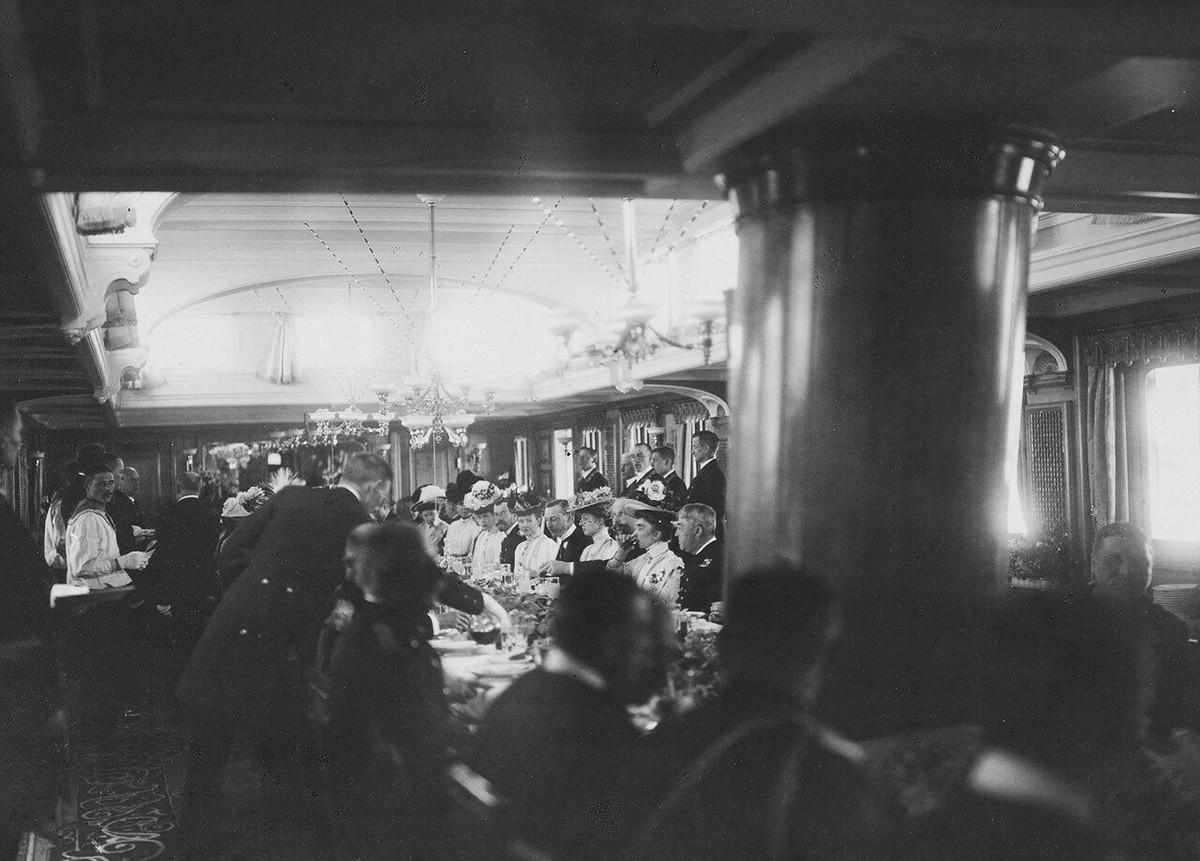 ヨット「シュタンダルト号」の食堂