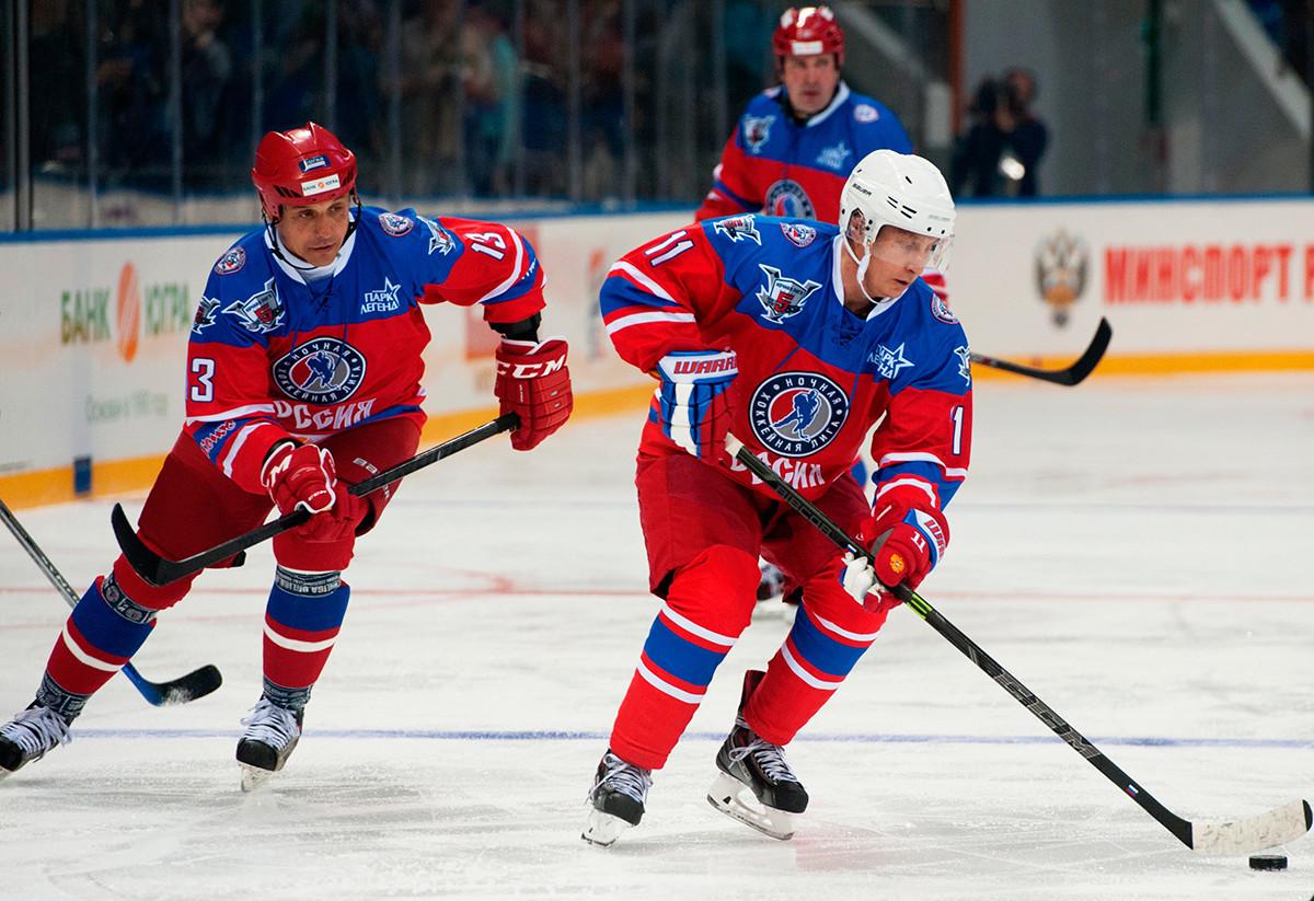 Putin na ledu s profesionalnim hokejistom Valerijem Kamenskim