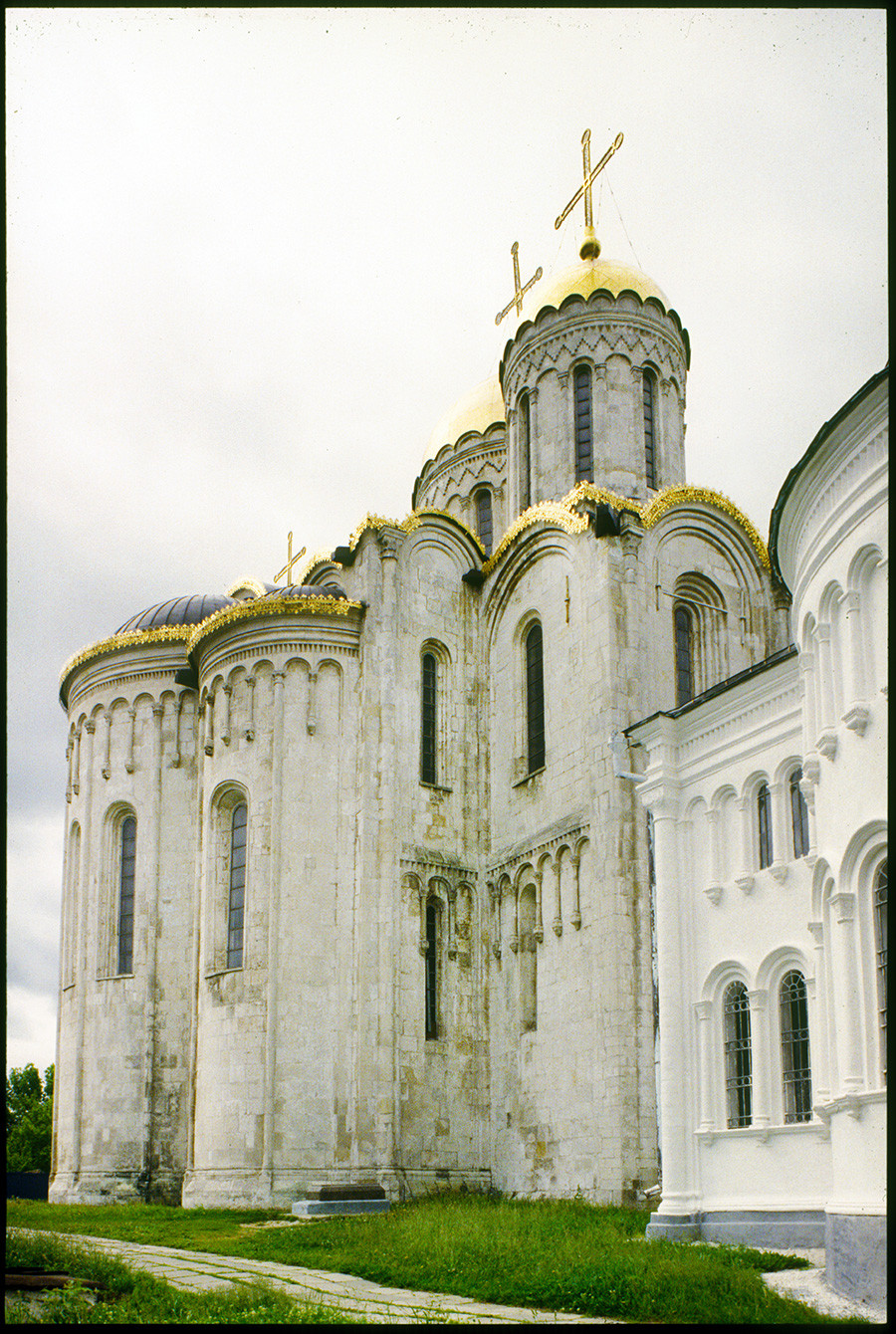 Dormition Cathedral, apse, northeast view. Right: East wall of Church of St. George. June 19, 1994