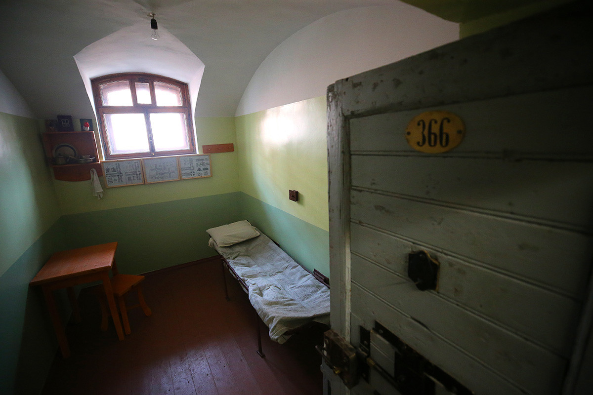 A cell in Kresty as it looked in pre-revolutionary times (from the Kresty prison Museum).