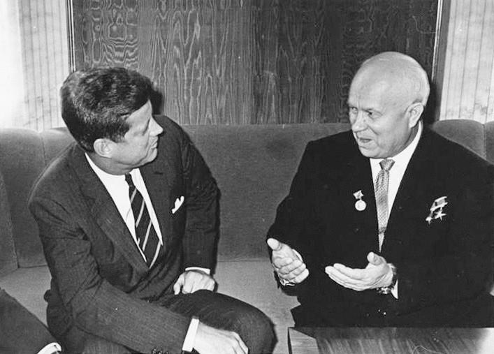John Kennedy y Nikita Jrushchov en una reunión en Viena, Austria, 4 y 5 de junio de 1961.