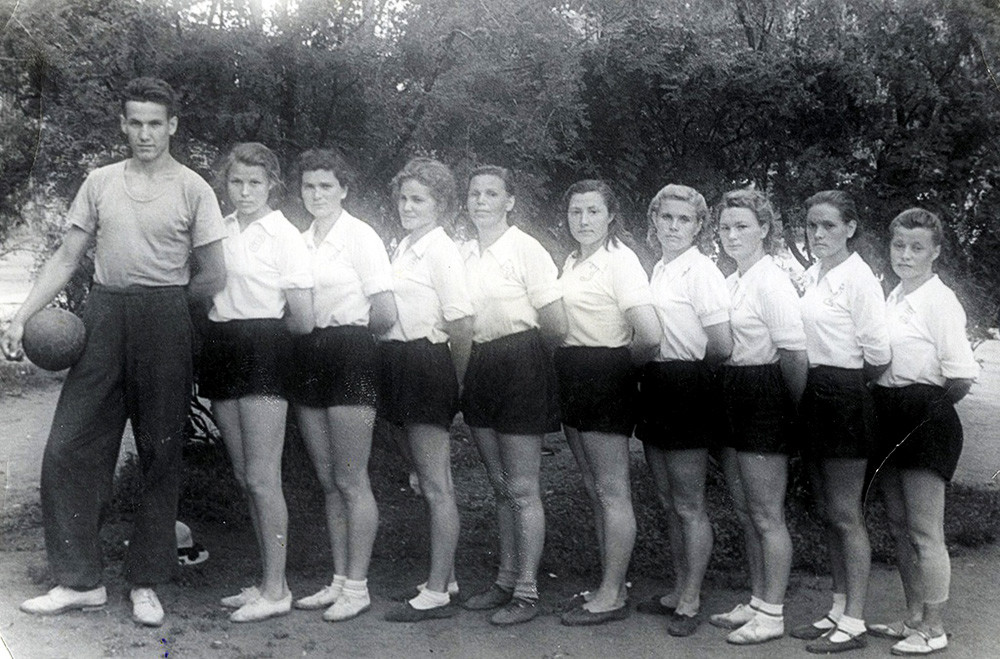 Треньор на женския отбор по волейбол със своите ученици в град Курган, Русия, 1952 година.