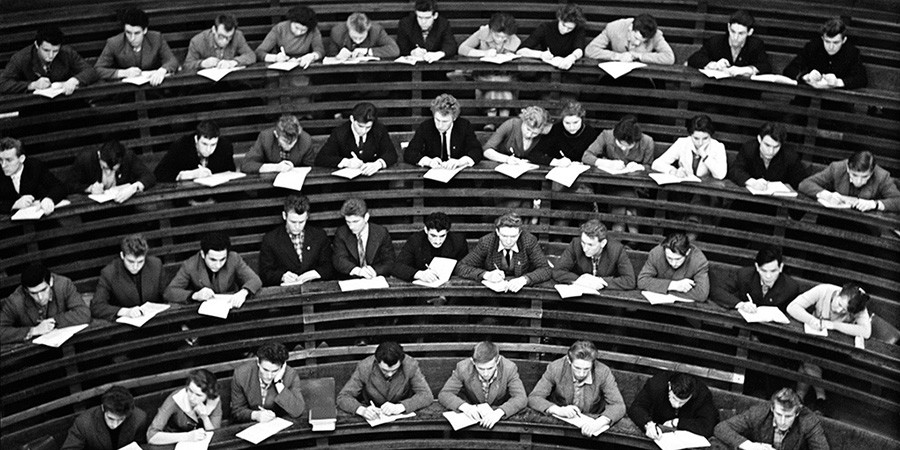 Étudiants dans un amphithéâtre, 1967