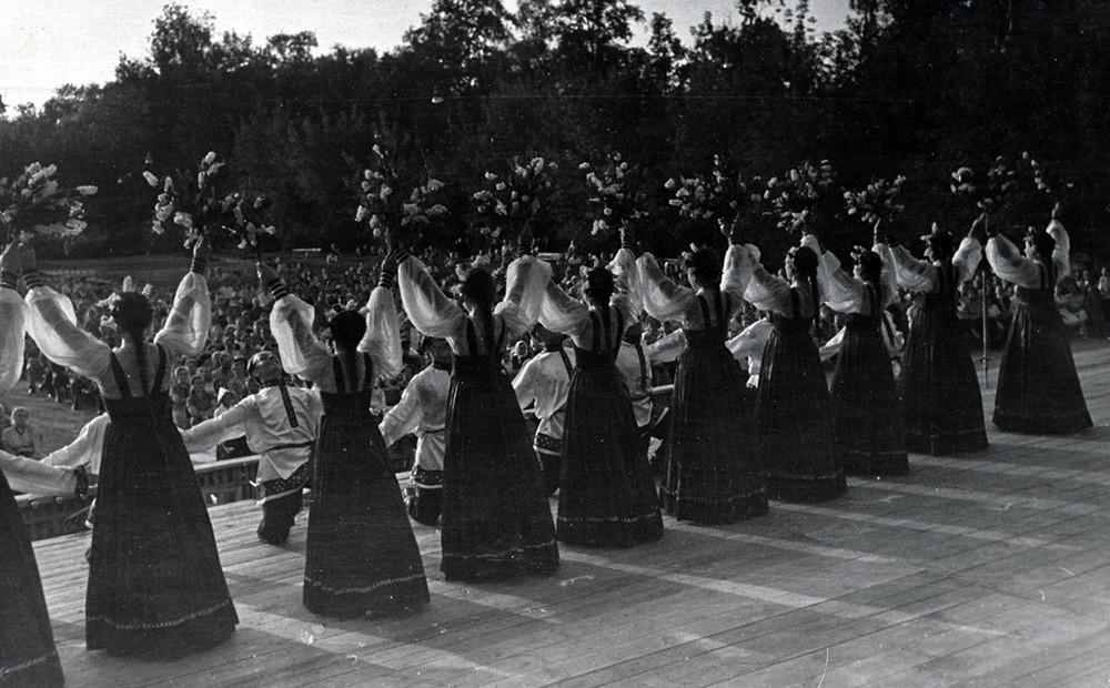 Étudiants se produisant sur scène à Moscou, en 1955