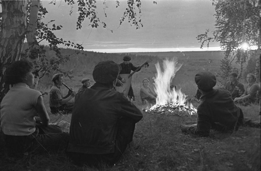 Étudiants jouant de la musique près d'un feu de camp. Altaï, 1957-1963