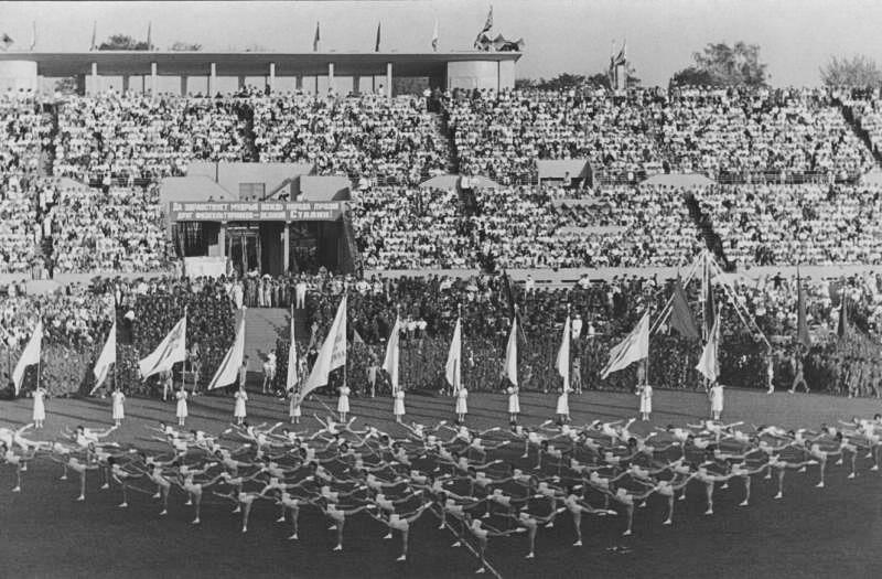 Le sport était également un passe-temps populaire parmi les étudiants. Voici par exemple des étudiants de l'Institut de culture physique au stade Dynamo de Moscou en 1936.