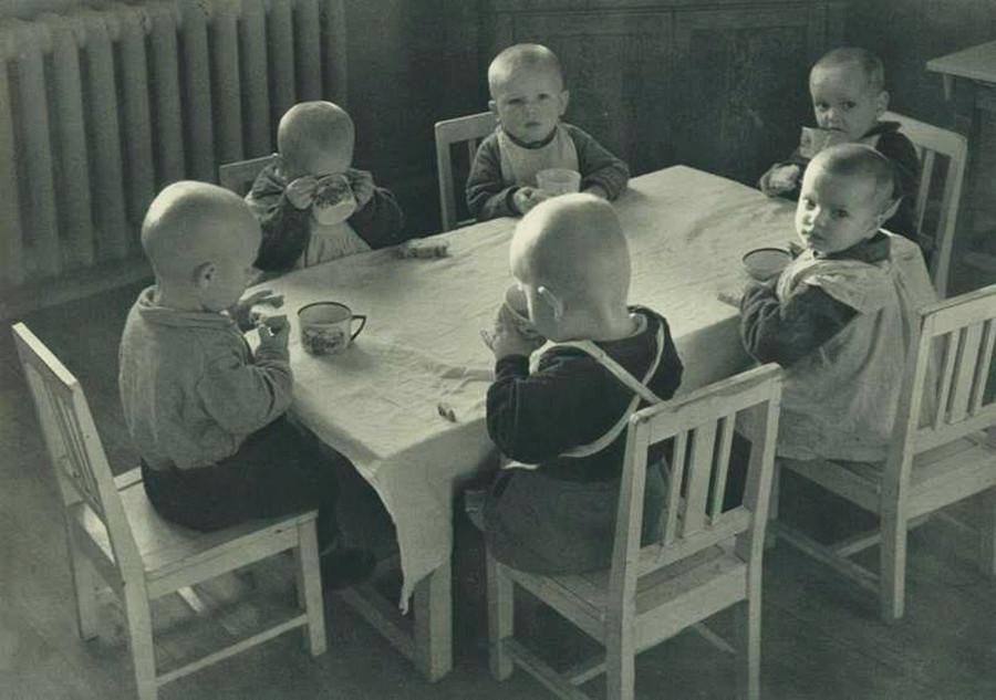 Bambini nella mensa della fabbrica di automobili AMO (Avtomobilnoe moskovskoe obschestvo), futura ZIL