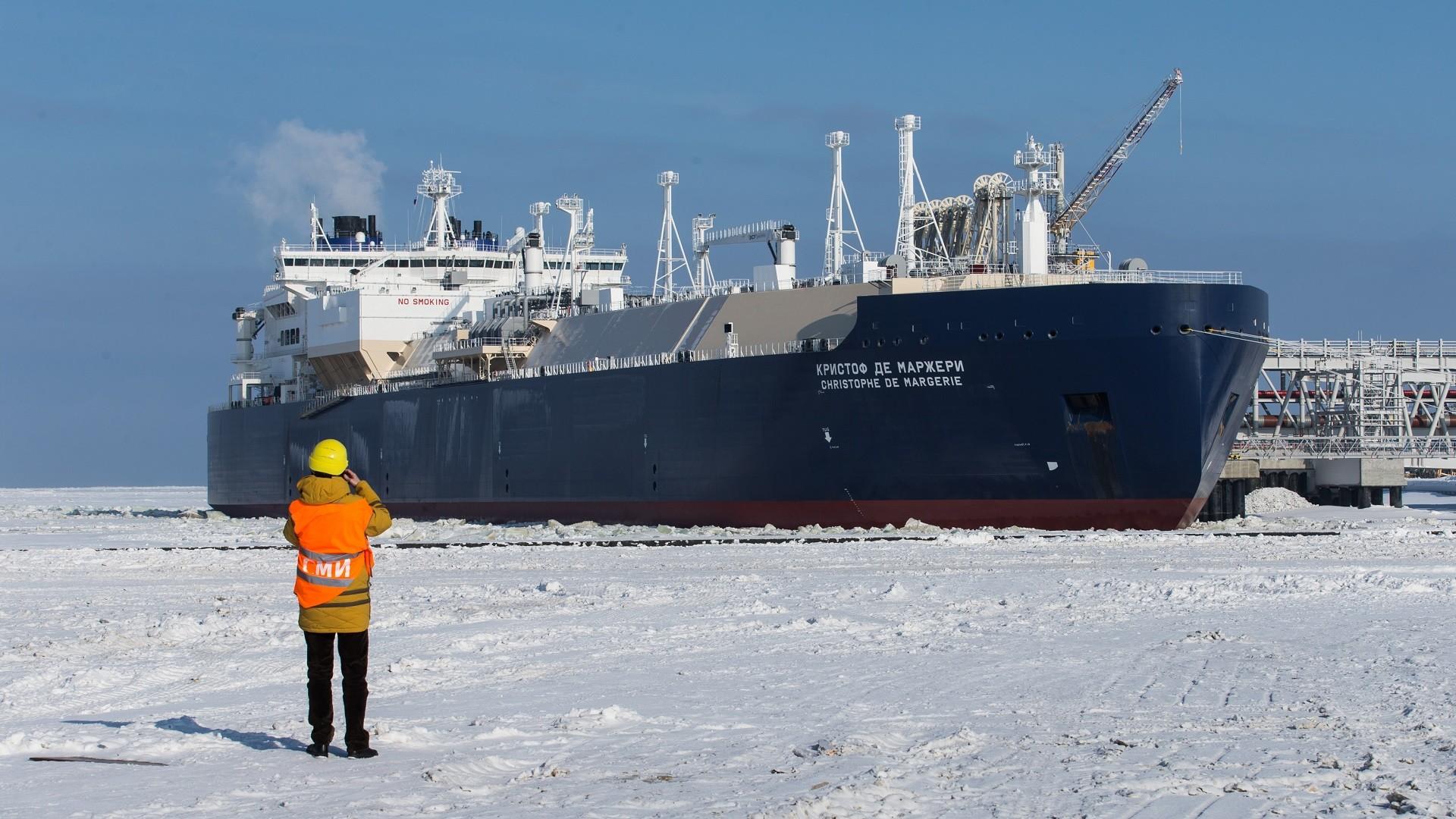 """Le méthanier brise-glace """"Christophe de Margerie"""" dans le port de Sabetta, desservant l'usine Yamal-LNG, dans le Grand Nord russe"""