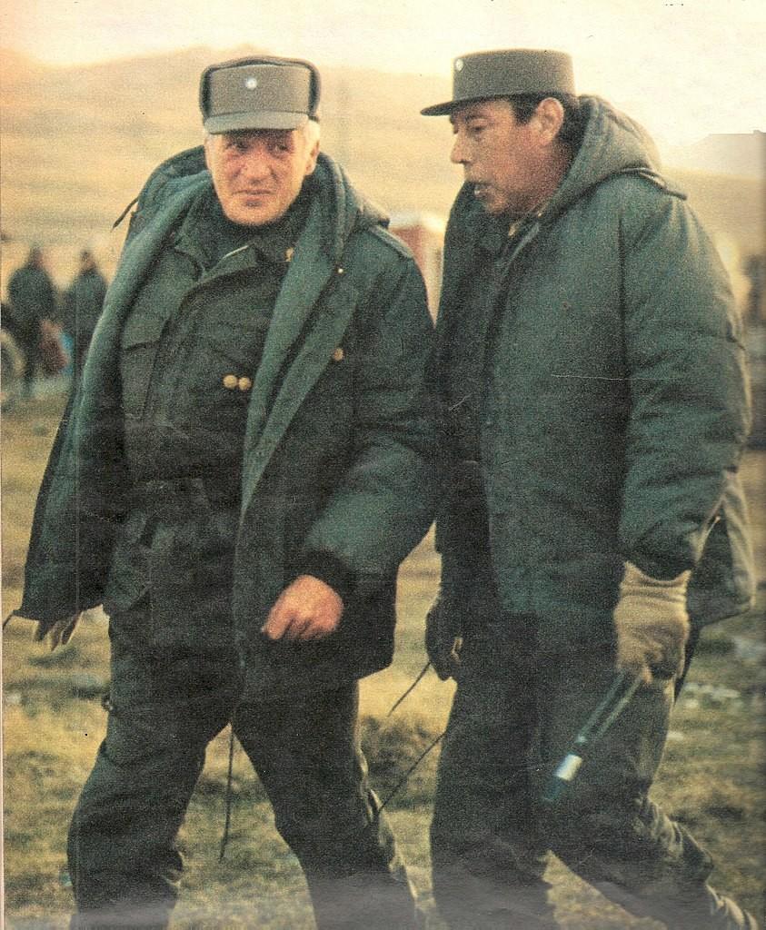 Galtieri (presidente de Facto) y el general Oscar Luis Jofre en 1982. Visita de Galtieri a las islas el 22/04/1982.