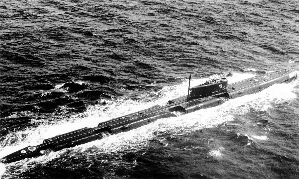 Submarino soviético del tipo Proyecto 675 en la superficie.
