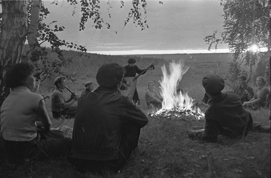 Students play music by a campfire. Altai, 1957–1963.
