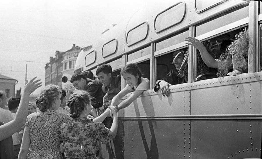 Muitos estudantes de outros países visitaram a URSS durante o festival no verão de 1957