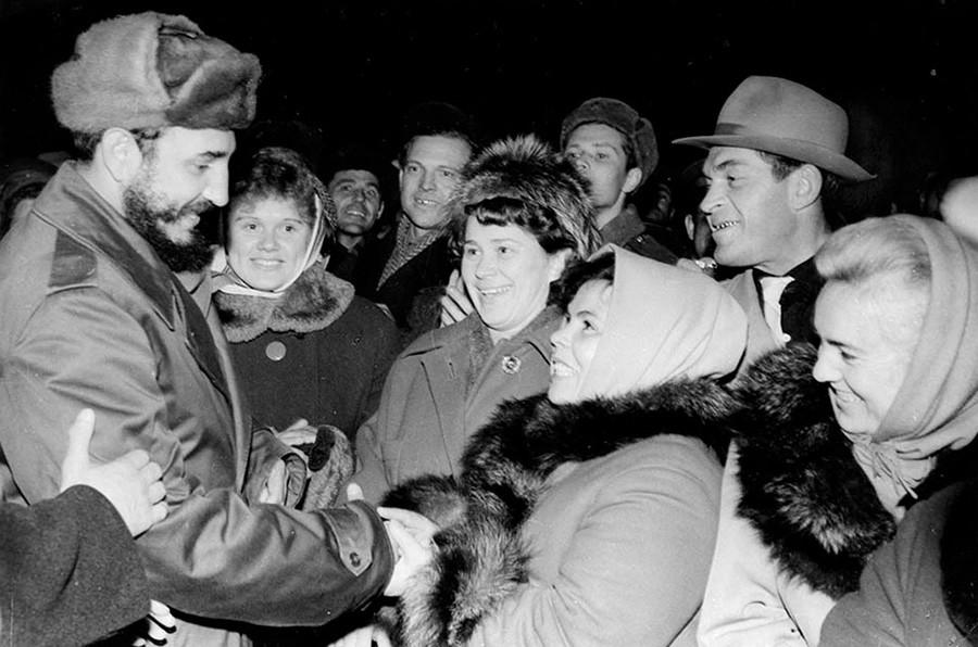 Los residentes de la región de Múrmansk dan la bienvenida a Fidel Castro y A. Mikoyán en el aeródromo de la base aérea Olenia.