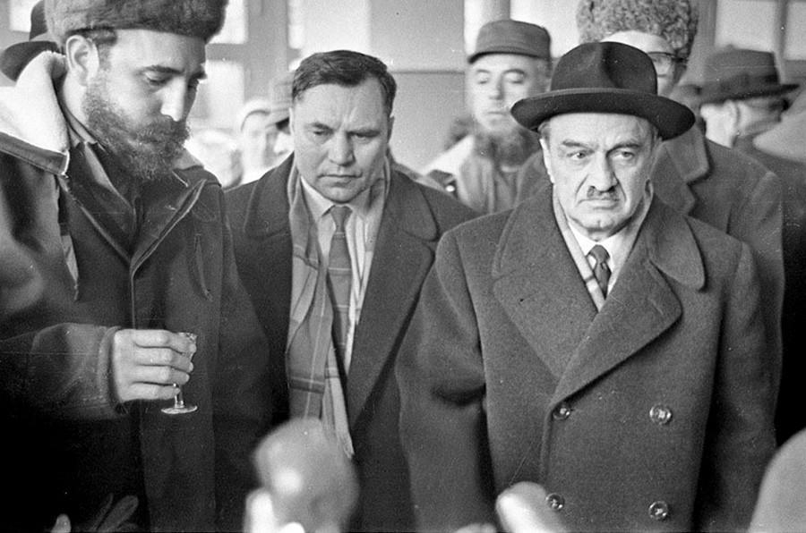 En la fábrica de pescado de Múrmansk. Un brindis por la amistad cubano-soviética.