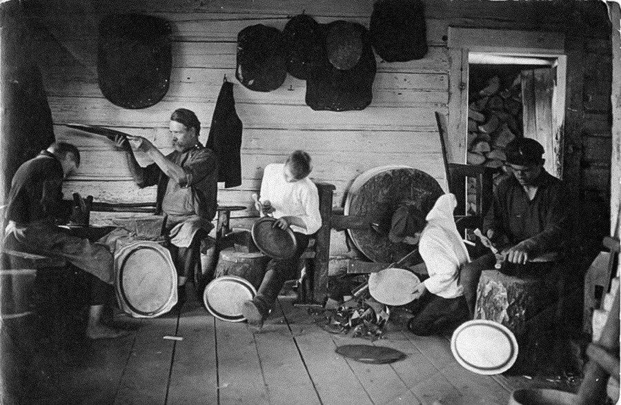 Los herreros de Pávlovo haciendo bandejas