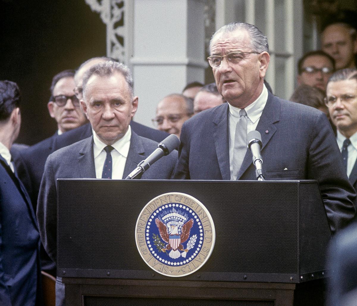 Alexei Kosiguin y Lyndon Johnson hablando en el podio de la Cumbre de Glassboro, Glassboro, junio de 1967