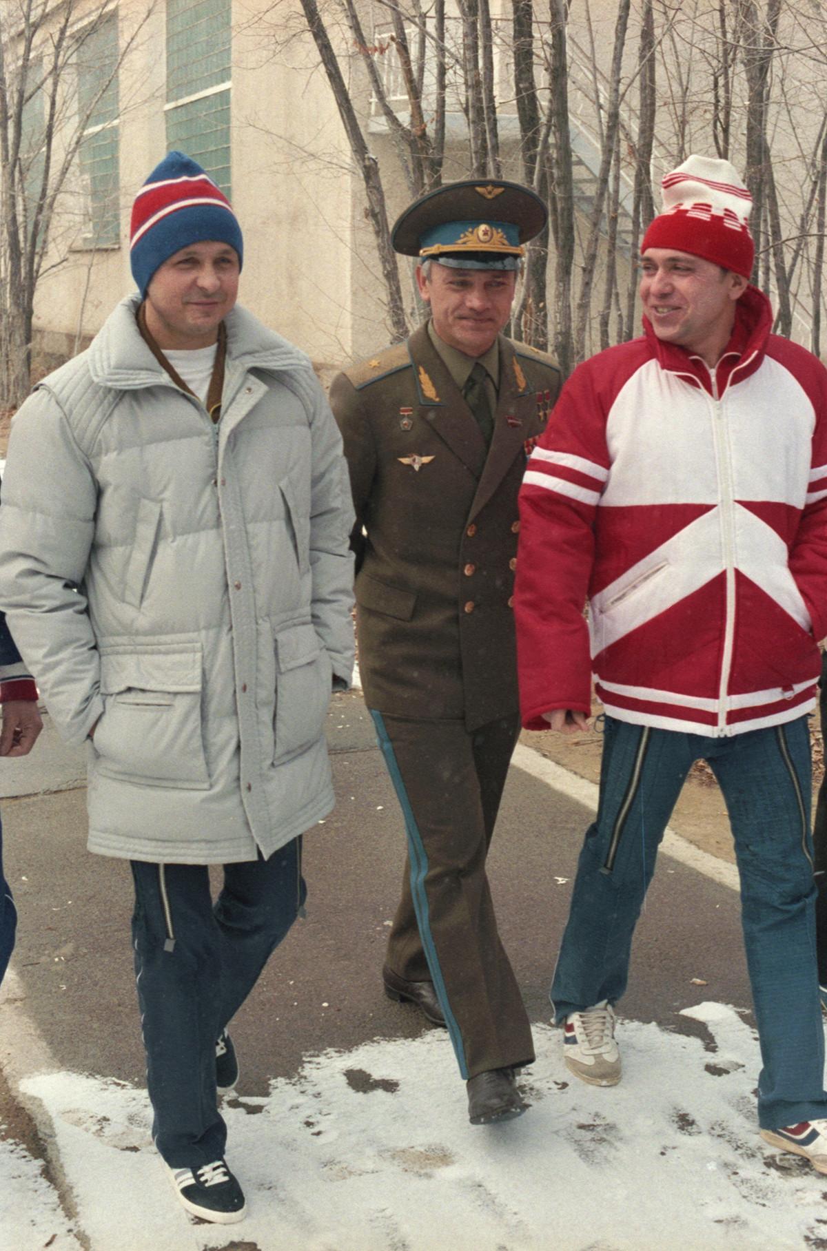 Les pilotes-cosmonautes d'URSS Viktor Savinykh, Vladimir Djanibekov et Alexandre Volkov (de gauche à droite) lors d'une promenade à Baïkonour, au Kazakhstan soviétique, le 23 novembre 1985