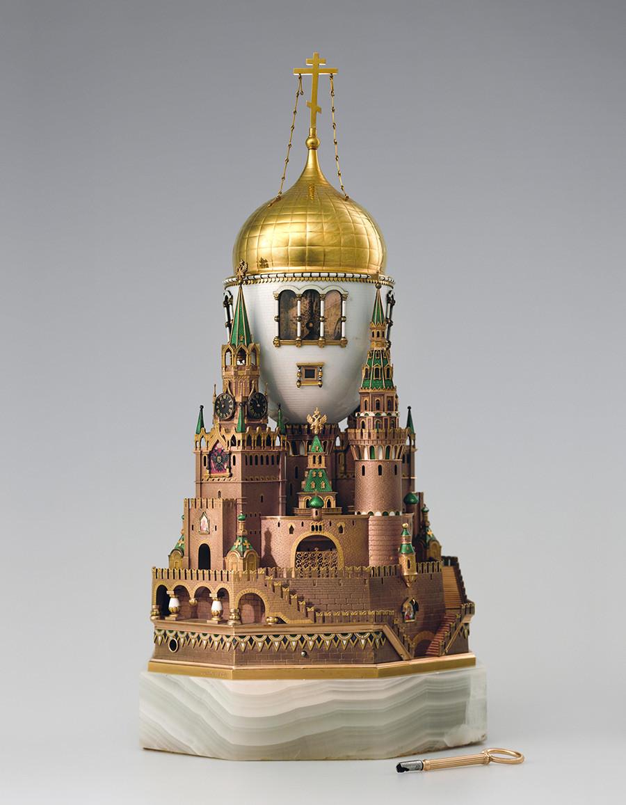 Œuf de Pâques « Kremlin de Moscou ». Entreprise Carl Fabergé. Cet œuf était un cadeau de Nicolas II à son épouse, l'impératrice Alexandra Feodorovna, pour Pâques en 1906.